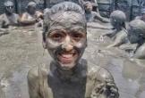 Ngâm mình trong núi lửa bùn giúp đẹp da ở Trinidad và Tobago