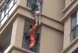Cô gái liều mạng trèo ra cửa sổ tầng 6 trốn gã bạn trai vũ phu