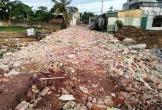 Chất thải xây dựng lạ đổ xuống đường khiến dân buồn nôn, chóng mặt