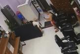 Bà mẹ tố gã đàn ông dí sát điện thoại vào vùng kín con gái 2 tuổi
