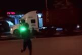 Khoảnh khắc tài xế chạy qua đường, tranh thủ ôm con nhỏ gây xúc động