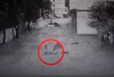 Người đàn ông giải cứu 2 đứa trẻ khỏi lũ trong vòng chưa đầy 2 phút