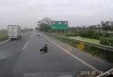 Bị giật túi xách, cô gái văng xa trên cao tốc suýt bị ô tô đâm trúng
