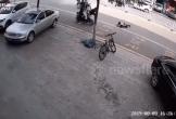 Kinh hoàng khoảnh khắc bé trai suýt chết vì xe điện cân bằng