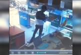 Đuổi theo tên trộm điện thoại, nữ nhân viên ngã sõng soài trước cửa hàng