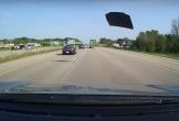 Đang chạy tốc độ cao, ô tô bay văng nắp ca pô vào xe đi sau