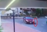 Clip: Hãi hùng cảnh một bé trai bị xe bán tải cuốn vào gầm