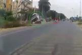 Tài xế container bẻ lái xuất thần cứu sống bé trai đạp xe sang đường