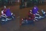 Clip mẹ hại con bị tai nạn vì dừng xe máy giữa đường mặc áo mưa
