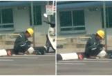 Ai còn than vãn cuộc đời bất công hay mỏi mệt, hãy nhìn bức ảnh người đàn ông vội ăn trưa bên vệ đường để suy ngẫm