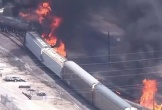 Tàu chở hàng Mỹ bốc cháy ngùn ngụt sau khi trật khỏi đường ray