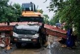 Kéo sập cổng làng, tài xế xe ben tử vong tại chỗ