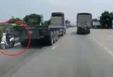 Tài xế container phanh cháy đường tránh xe máy chạy ngược chiều