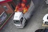 Tài xế nhanh trí lái xe tải đang bốc cháy vào trạm cứu hỏa
