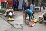Dân mạng phẫn nỗ với hình ảnh một phụ nữ cán mẹt hoa quả của người bán hàng rong
