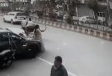 Mải chụp hình tự sướng giữa đường, cô gái bị cướp giật điện thoại nhanh như chớp