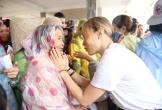 Không kêu gọi ủng hộ trên trang cá nhân nhưng bất ngờ trưa 16/10 Mỹ Tâm đã có mặt ở Quảng Nam để tận tay trao quà cho bà con vùng lũ.