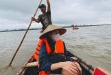 Thủy Tiên hủy chuyến bay về TP.HCM, ở lại Quảng Trị cứu trợ
