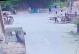 CLIP: Xe tải lao đến sát mặt, thanh niên quăng xe giữ mạng trong tích tắc