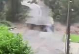 Video: Khoảnh khắc lũ lụt tuôn trào như thác, gây nổ lớn và làm sập cầu