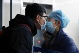Xúc động khoảnh khắc nữ y tá hôn bạn trai qua tấm kính cách ly giữa mùa dịch corona