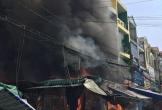 Cháy cửa hàng sát chợ, 6 người bị mắc kẹt