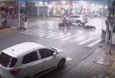 Clip: Phanh gấp rồi lao thẳng vào gầm ô tô, người phụ nữ bị chèn qua người