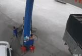 Nhân viên trạm xăng gặp họa chỉ vì một bất cẩn, ai cũng nên cẩn thận