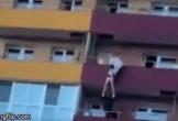 Nhân viên cứu hộ đỡ cô gái nhảy từ tầng 15