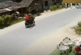 Video: Súng rơi giữa đường, đạn lạc bắn trúng bé trai 4 tuổi ngồi trong nhà