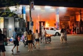 Lùi trúng cột bơm xăng trên phố Thủ đô, ô tô bốc cháy dữ dội