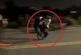 Nam thanh niên bốc đầu thất bại, xe máy ngã ra đường