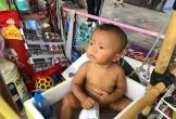 Bé trai 18 tháng tuổi trần truồng cả ngày ngoài đường bên tấm biển 'cháu không có bố mẹ' được đưa vào Trung tâm bảo trợ xã hội