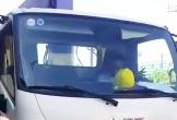 Video: Sau khi gây tai nạn, tài xế xe tải ngồi cười, lắc lư trên vôlăng