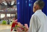 Hình ảnh người cha già ôm bó hoa, nép sau cánh gà chờ đợi con gái được vinh danh trong lễ tốt nghiệp gây xúc động