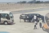 Xe biển xanh vào sát cầu thang máy bay đón Phó Bí thư Tỉnh ủy Phú Yên