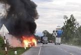 Xe 7 chỗ cháy nổ dữ dội, xung quanh vương nhiều xác pháo