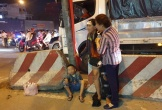 Mẹ gào khóc gọi con 2 tuổi bị xe đầu kéo cán tử vong trên đường bán vé số