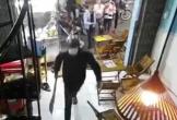 Video: Nhóm thanh niên mang hung khí đập phá quán trà sữa ở Bình Tân