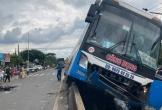 Xe khách lao lên dải phân cách sau va chạm khiến 2 người thương vong