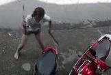Người phụ nữ 2 tay cầm 2 con dao, điên cuồng chém vào 2 chiếc xe máy trước cửa nhà hàng xóm