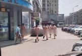 5 nhân viên bị phạt khỏa thân chạy khắp phố vì không hoàn thành công việc