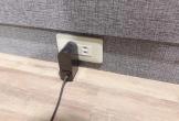 Vợ tò mò kiểm tra ổ cắm điện, không ngờ