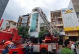 Cháy nhà cao tầng, một người trượt chân rơi từ tầng 4 xuống