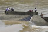 Nóng: Phó Giám đốc Sở cùng 6 người mắc kẹt giữa dòng nước xiết