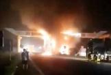 Thanh Hoá: Đâm vào cổng chào, xe container bốc cháy ngùn ngụt trong đêm