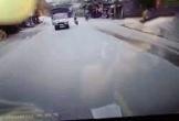 Cố tình vượt ẩu, 2 thanh niên đi xe máy lao thẳng vào gầm xe tải