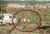 Clip: Tài xế xe cứu thương bị bắt quả tang thả thi thể nạn nhân Covid-19 xuống sông