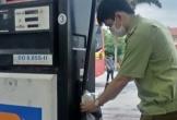 Một cửa hàng Petrolimex bán dầu diesel kém chất lượng do... trời mưa