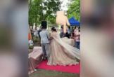 Chú rể đang dắt tay cô dâu, một người đàn ông bất ngờ chui ra từ váy cưới khiến quan khách ngỡ ngàng